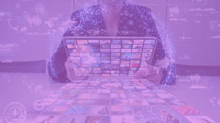 Online marketing kivitelező. Weboldal és laptop fotó